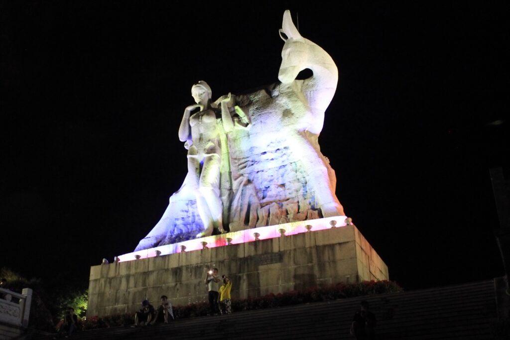 Олень повернул голову фото памятник вечером
