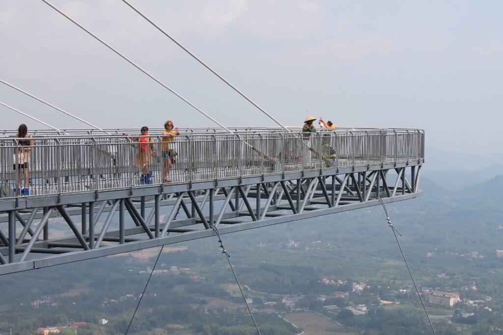 на стеклянном мосту